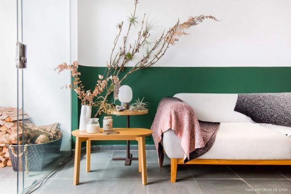 Pintura setorizada na decoração da sala de estar com meia parede verde