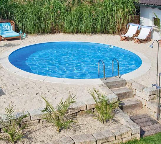 Piscina de fibra redonda com areia, estilo prainha. Fonte: Pinterest