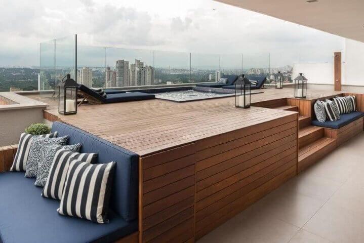 Piscina elevada com sofá azul marinho