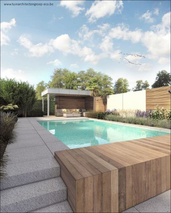 Piscina elevada com deck de madeira e pergolado