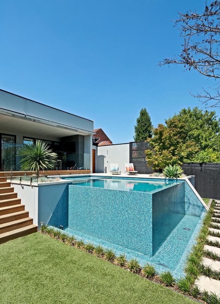 Piscina elevada de vidro na casa moderna
