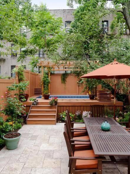 Piscina elevada no quintal com mesa para área externa