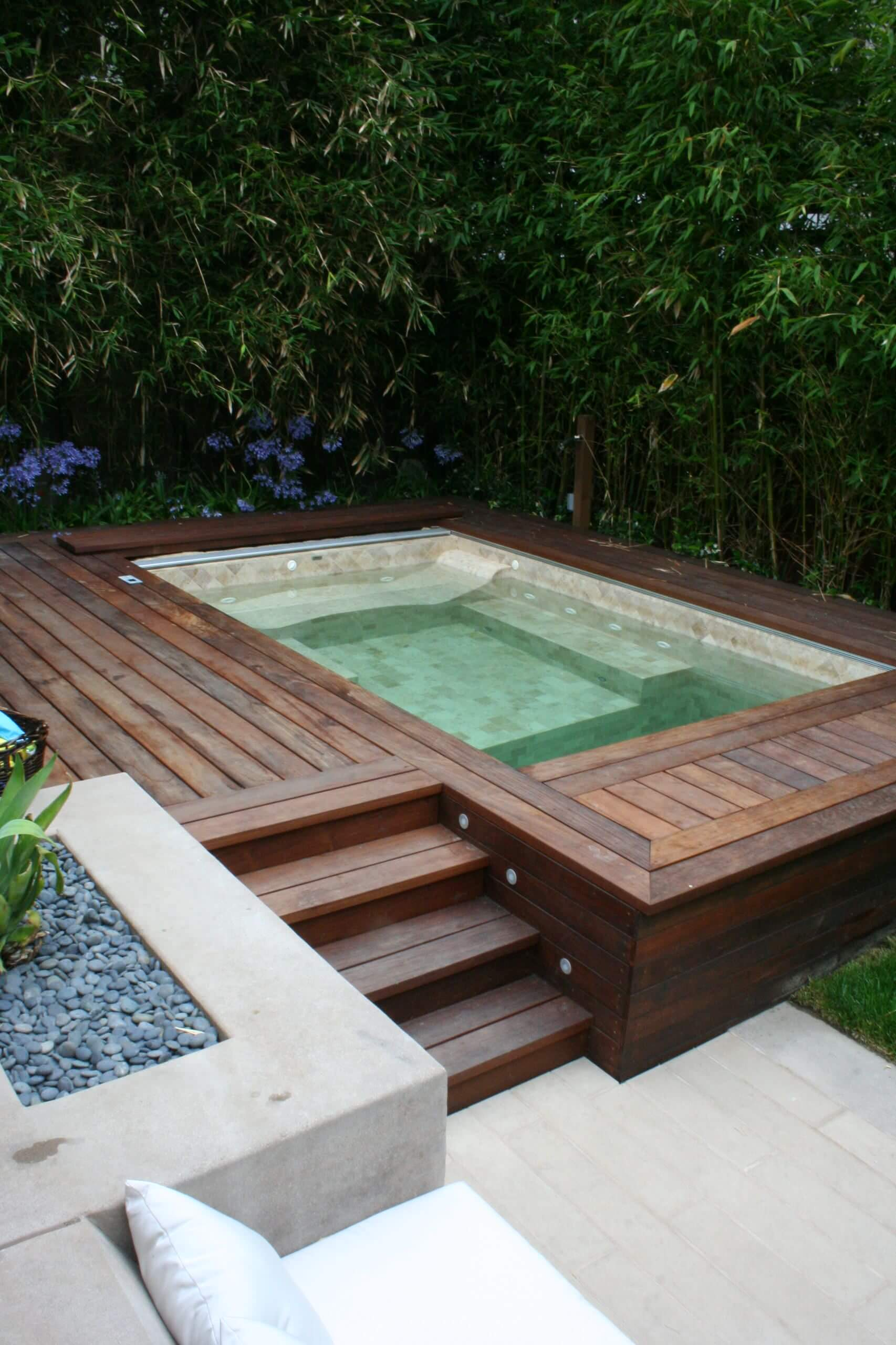 Piscina elevada retangular no jardim moderno
