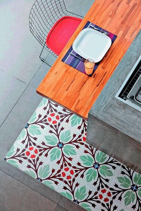 Piso colorido cozinha: combinação do cimento queimado com ladrilhos hidráulicos
