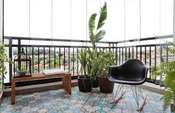 Piso colorido em ladrilho hidráulico deixa a varanda ainda mais charmosa