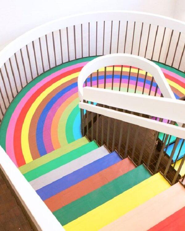 Piso colorido transforma decoração de escolas infantis