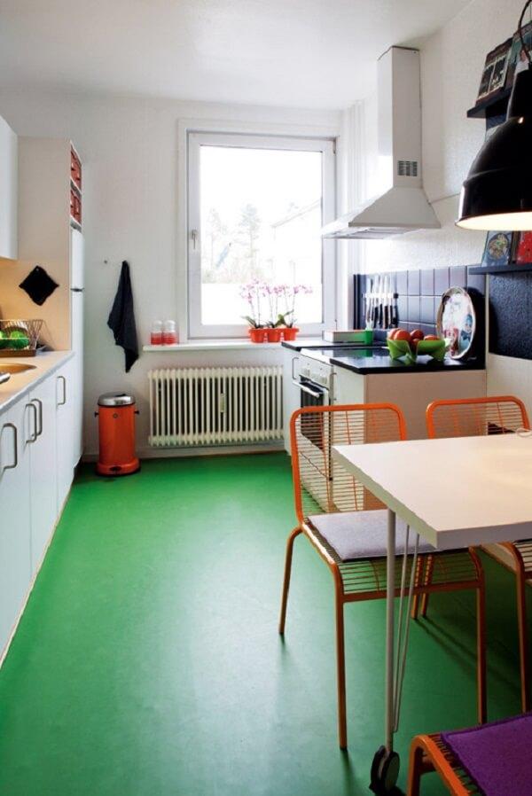 Piso queimado colorido em tom verde traz descontração para a decoração da cozinha