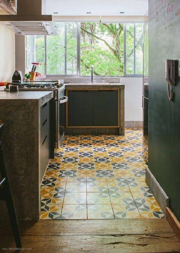 Pisos coloridos invadem a decoração dessa cozinha