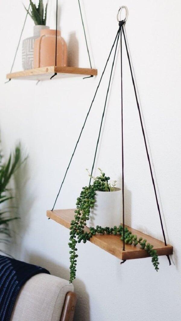 Posicione a prateleira de corda em diferentes alturas na parede. Fonte: Pinterest