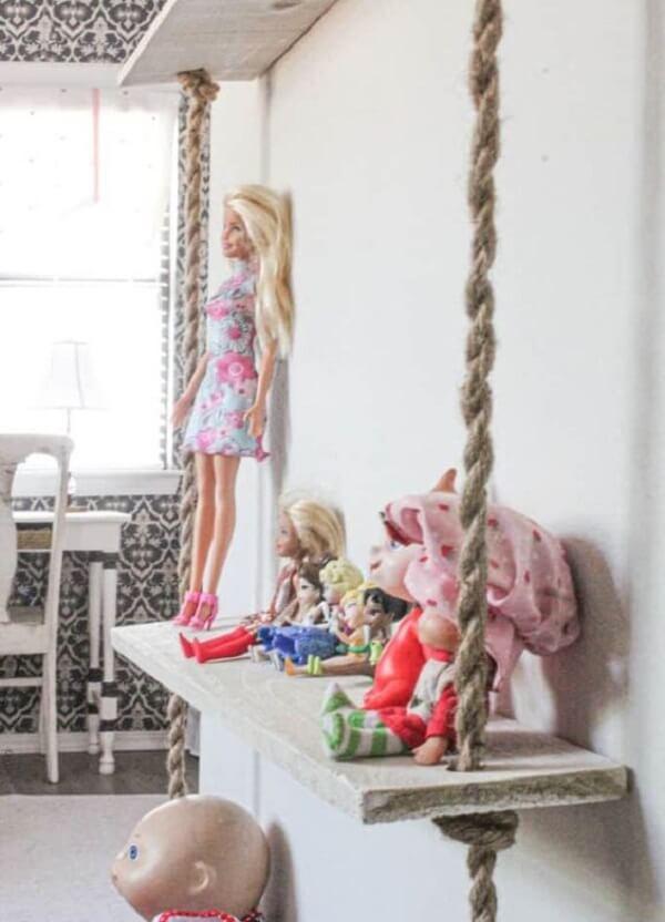 Posicione bonecas e pelúcias sobre a prateleira de corda. Fonte: Pinterest