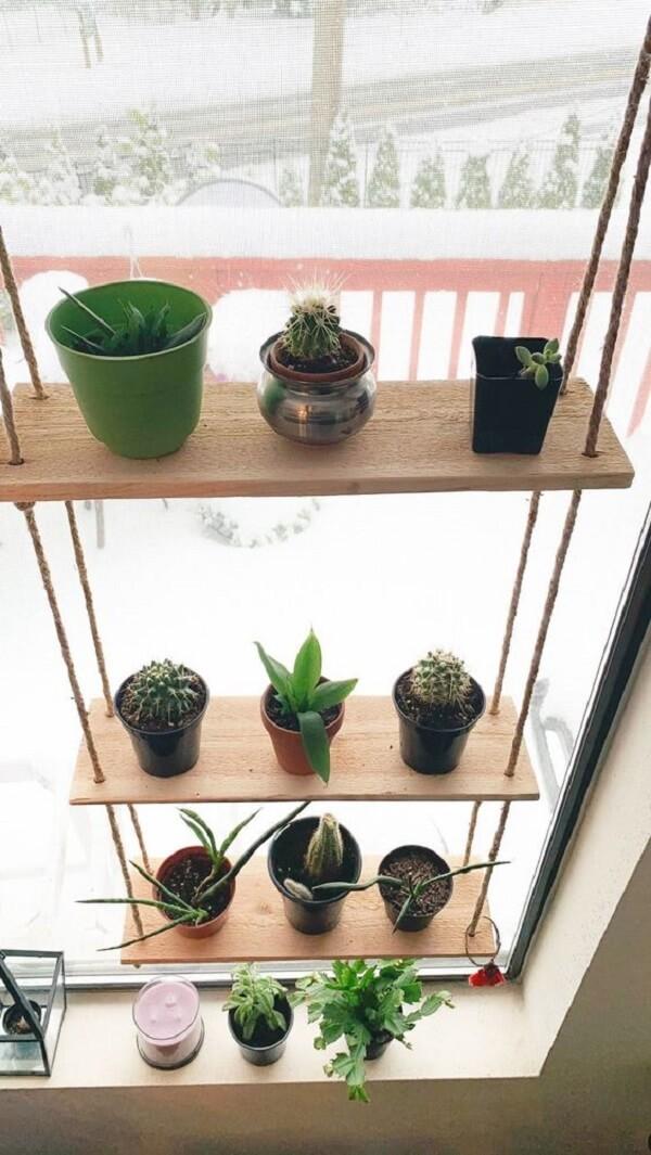 Posicione sua prateleira de corda na janela com vasos de plantas. Fonte: Pinterest