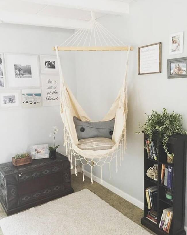 Posicione uma estante de livros próxima a rede tipo cadeira