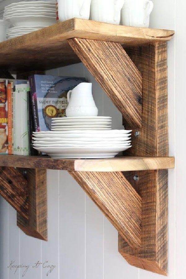 Prateleira com mão francesa de madeira
