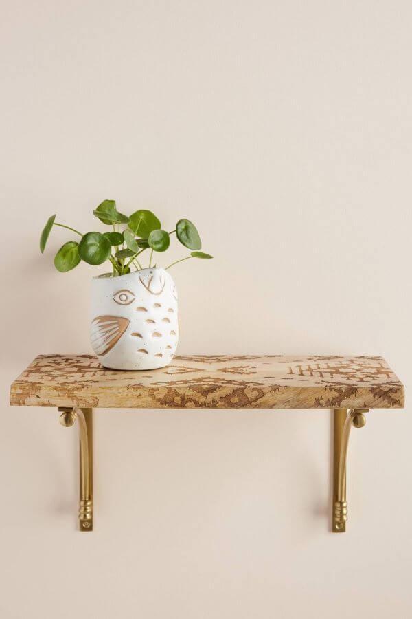 Prateleira de madeira com mão francesa dourada