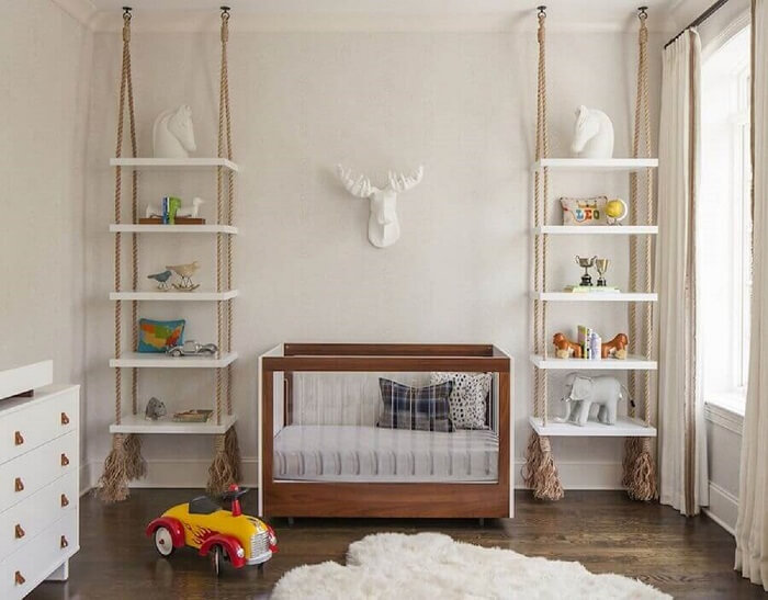 Prateleira de madeira suspensa por corda para decoração de quarto de bebê. Fonte: Elle Decoration
