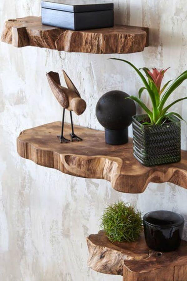 Prateleira rustica com enfeites de madeira