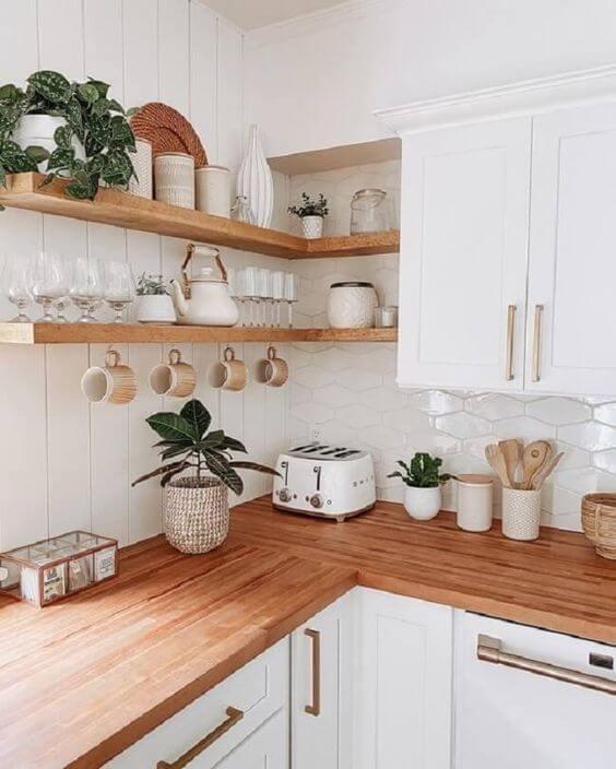 Prateleira rustica de canto na cozinha branca