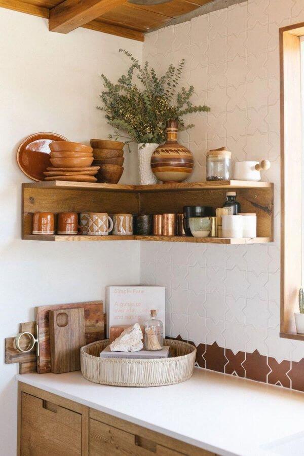 Prateleira rustica de canto na cozinha moderna
