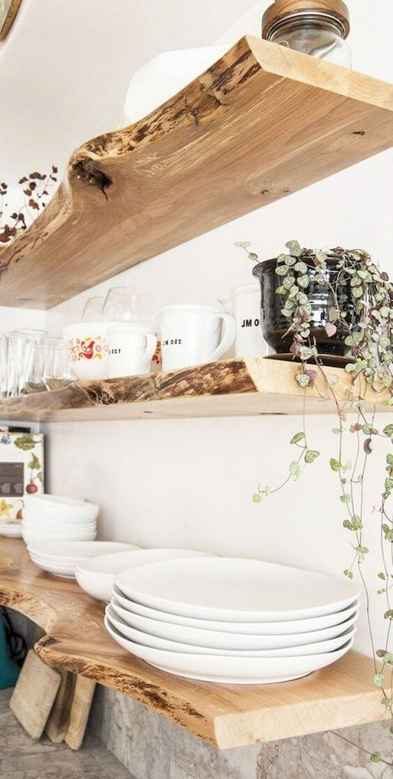Prateleira rustica de madeira com pratos e canecas