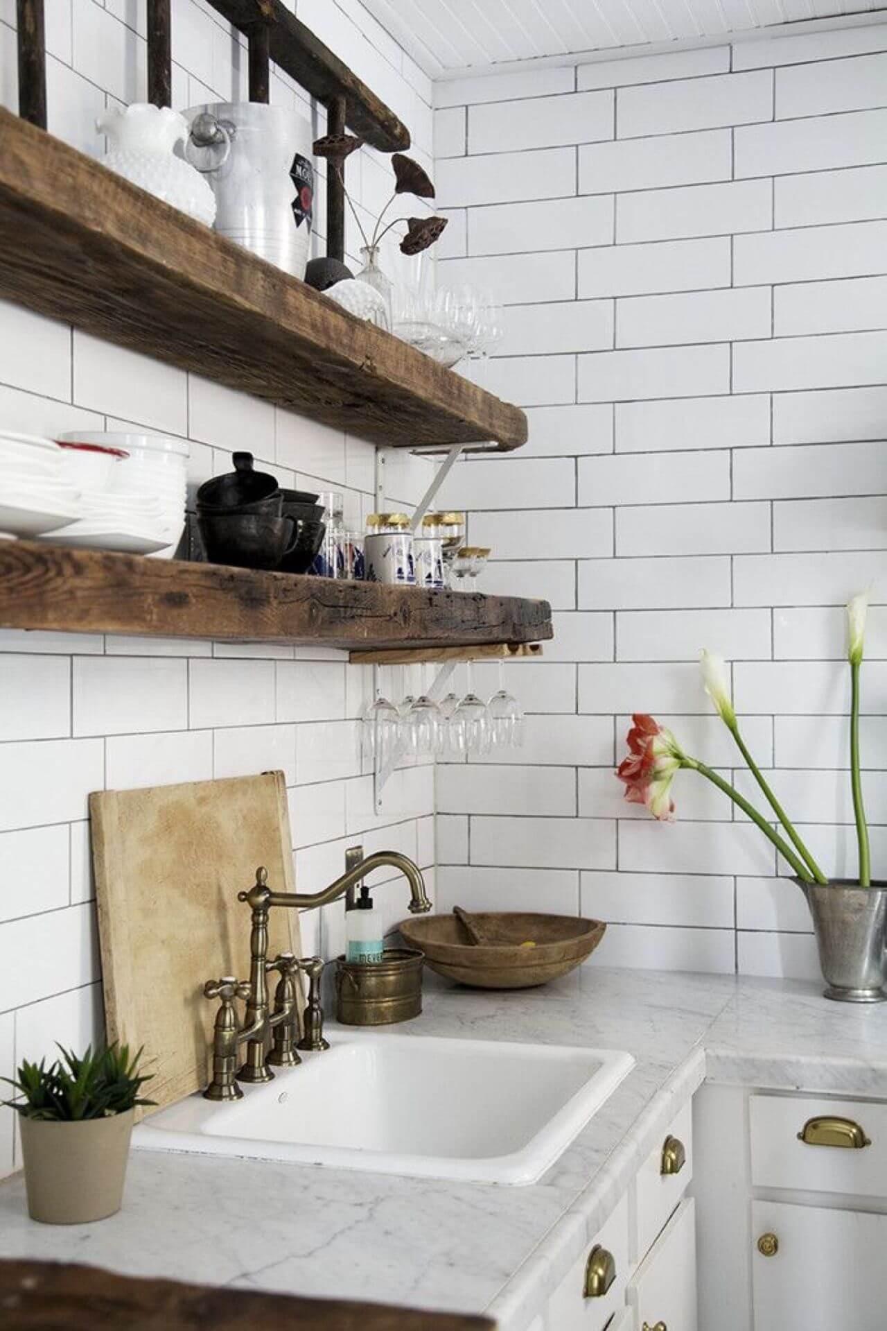 Prateleira rustica de madeira escura e revestimento tijolinho