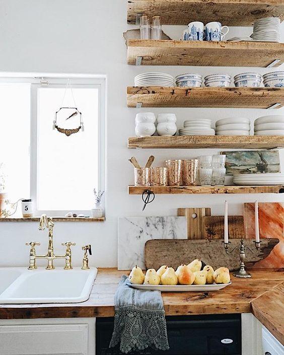 Prateleira rustica na cozinha com armario branco