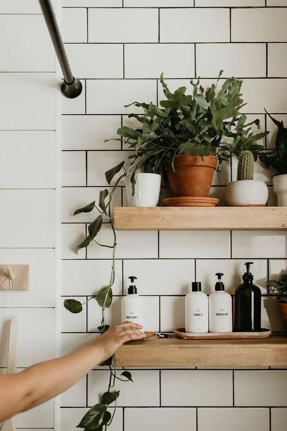 Prateleira rustica no banheiro bem decorado