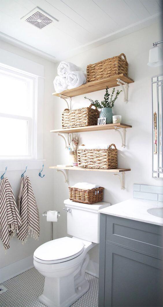 Prateleira rustica para organizar banheiro pequeno