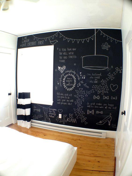 Quarto com parede de tinta lousa preta e paredes brancas