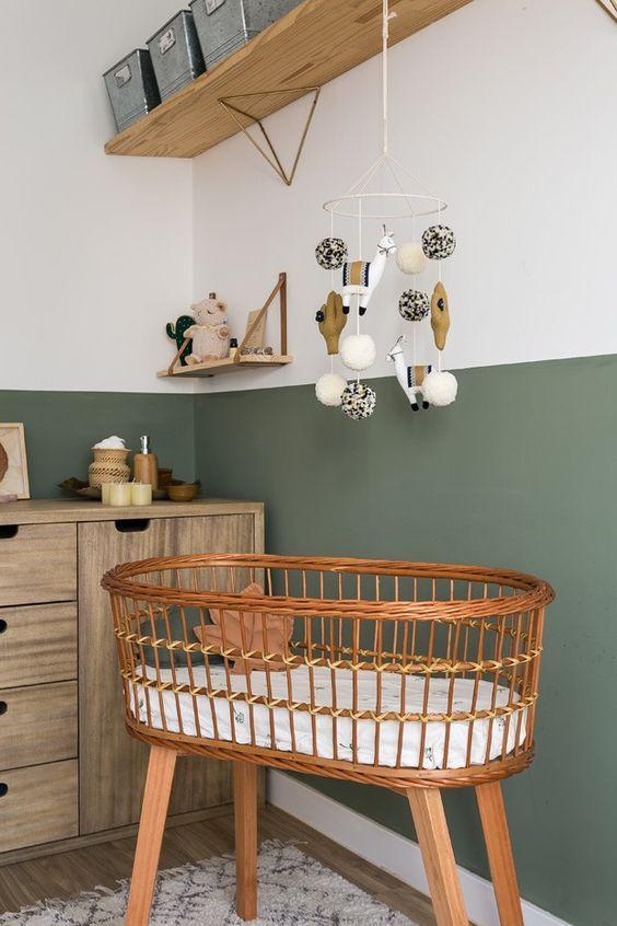 Quarto de bebe reto com berço de vime
