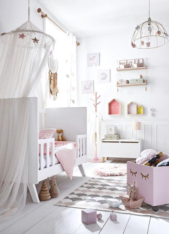 Quarto de bebe retrô branco e rosa feminino