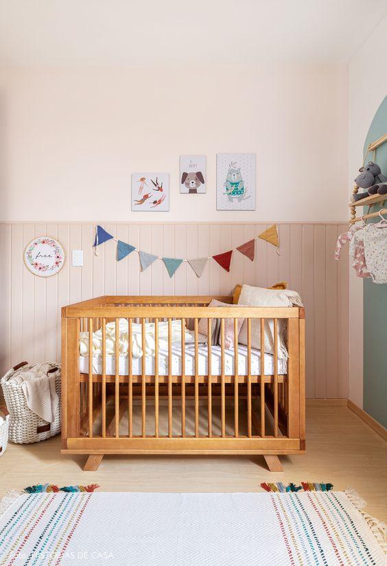 Quarto de bebe retrô com berço moderno