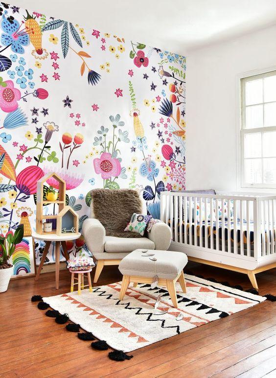 Quarto de bebe retro colorido com papel de parede floral