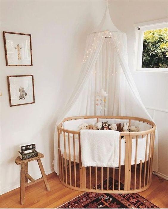Quarto de bebe retro com berço oval