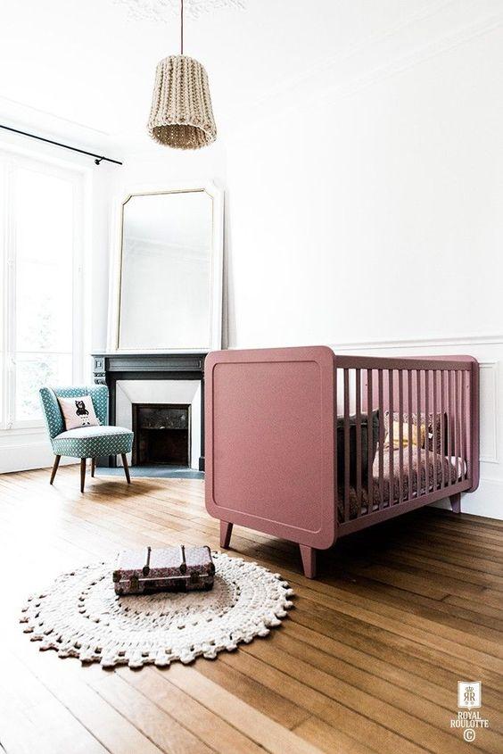 Quarto de bebe retro com berço rosa