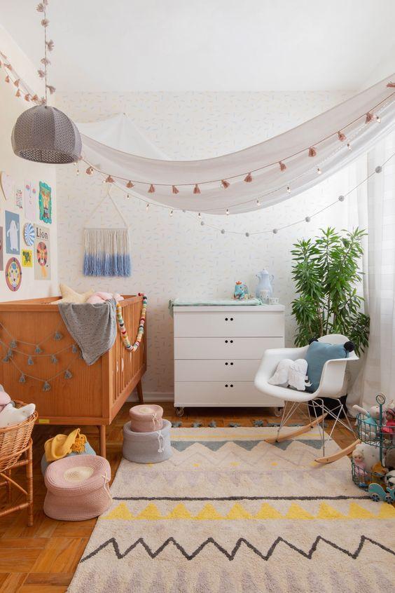 Quarto de bebe retro com decoração clara e minimalista