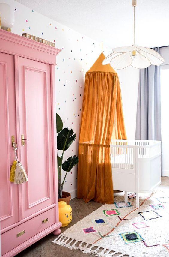 Quarto de bebe retro com guarda roupa rosa