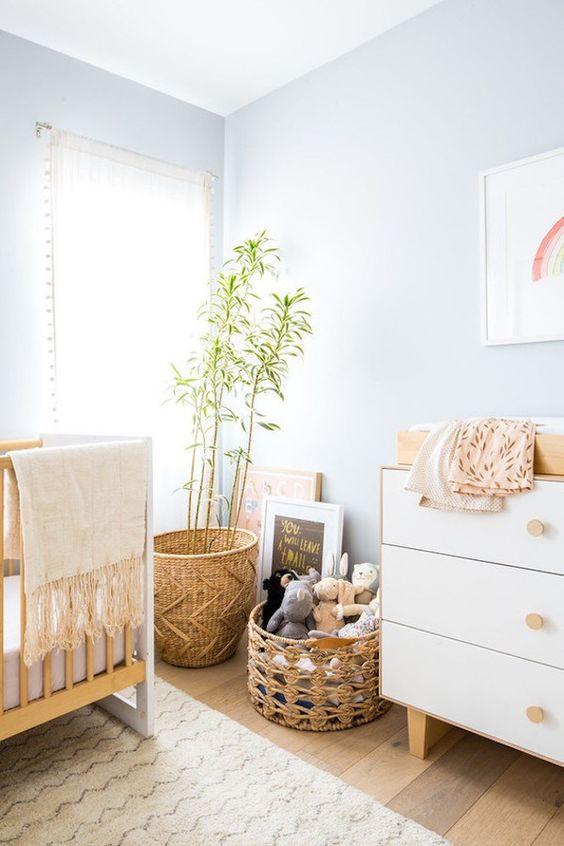 Quarto de bebe retro com moveis de madeira