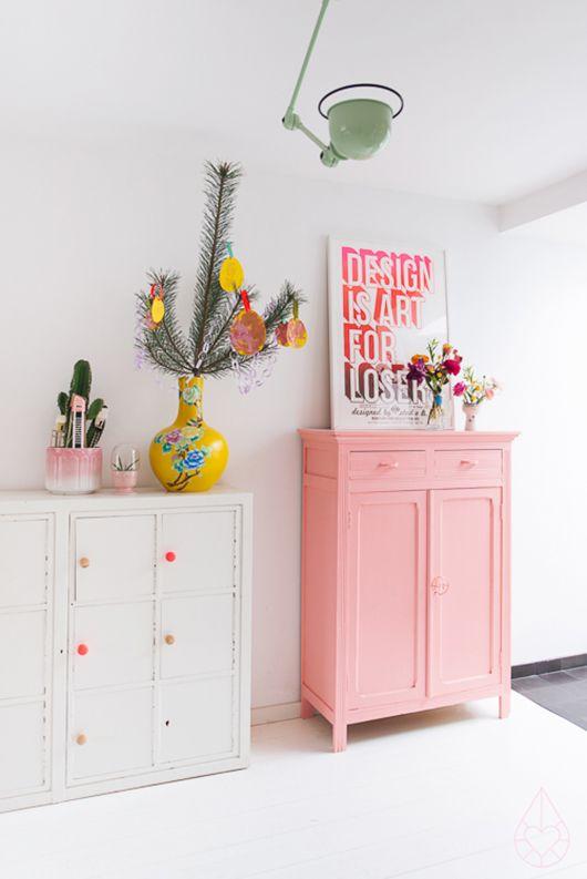 Quarto de bebe retro com moveis rosa e branco