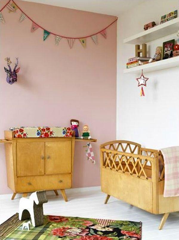 Quarto de bebe retro rosa com moveis de madeira