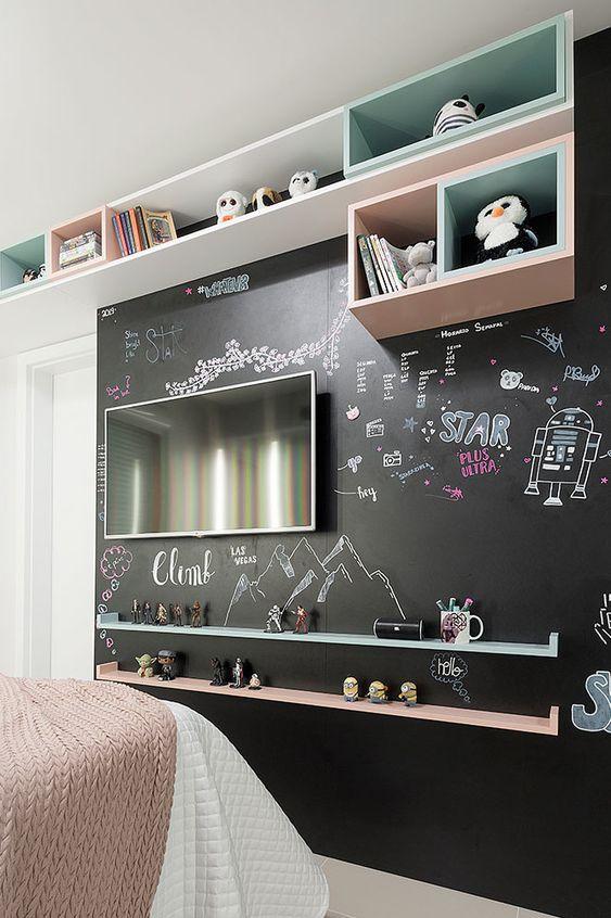 Quarto infantil com parede de tinta lousa preta