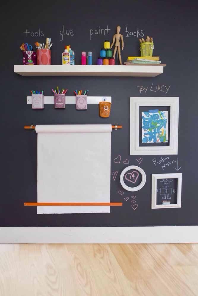 Quarto infantil com parede tinta lousa preta e quadros divertidos