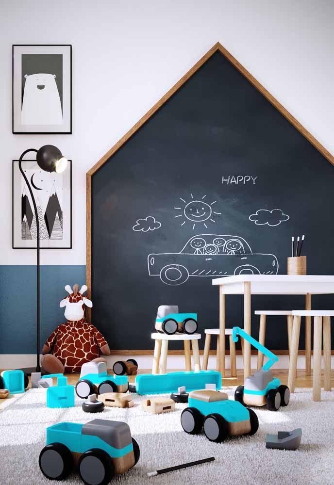 Quarto infantil com tinta preta lousa e brinquedos no chão