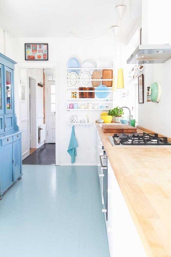Que tal optar por um lindo piso vinílico colorido na cozinha?
