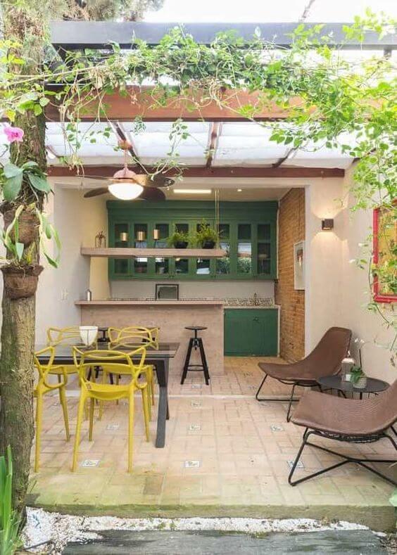 Quintal pequeno com churrasqueira e área gourmet