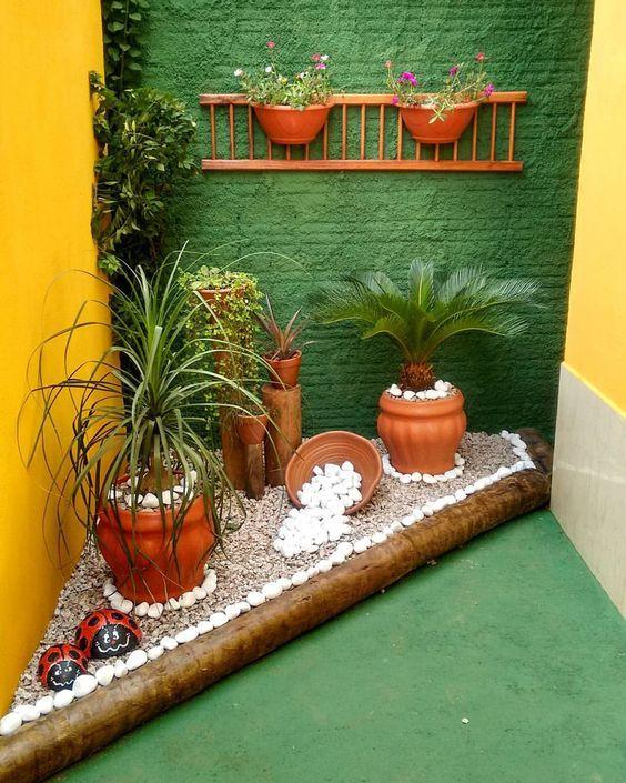 Quintal pequeno com jardim de canto