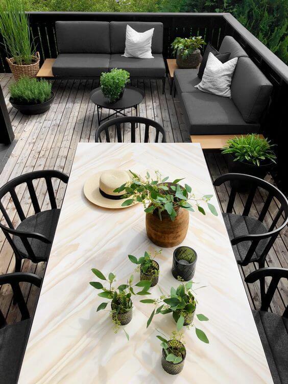 Quintal pequeno com mesa para área externa e sofás