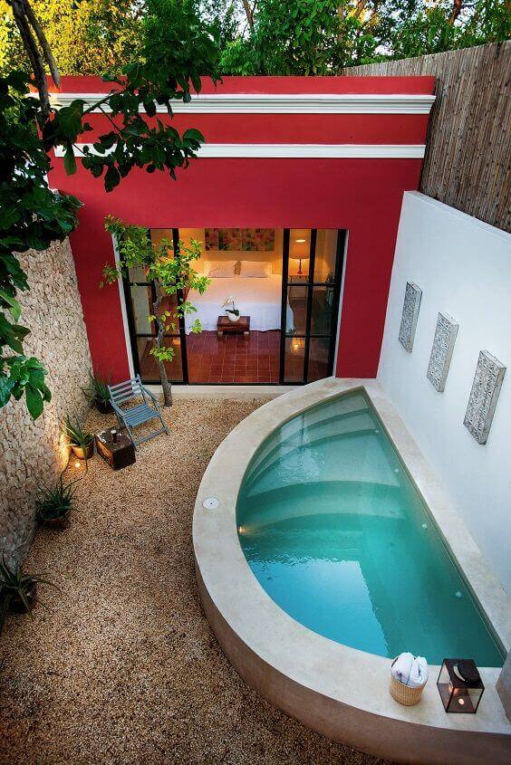 Quintal pequeno com piscina oval pequena