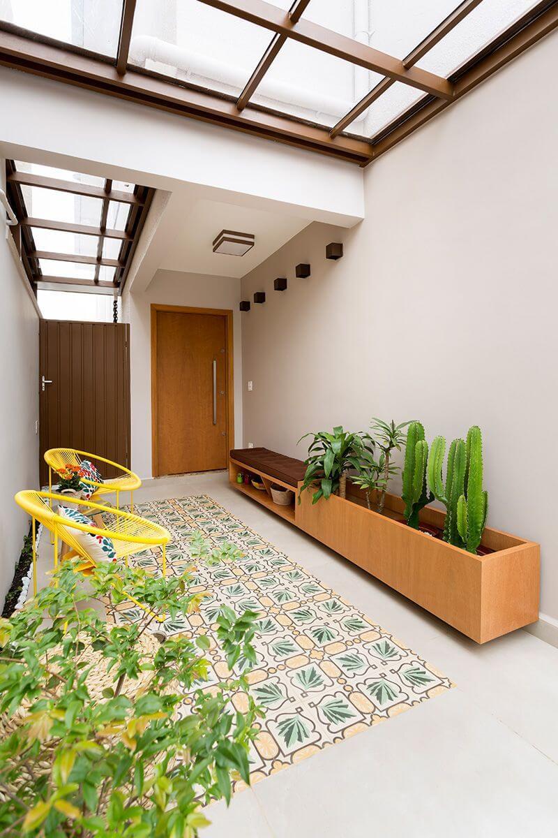 Quintal pequeno com poltronas amarelas e mini horta