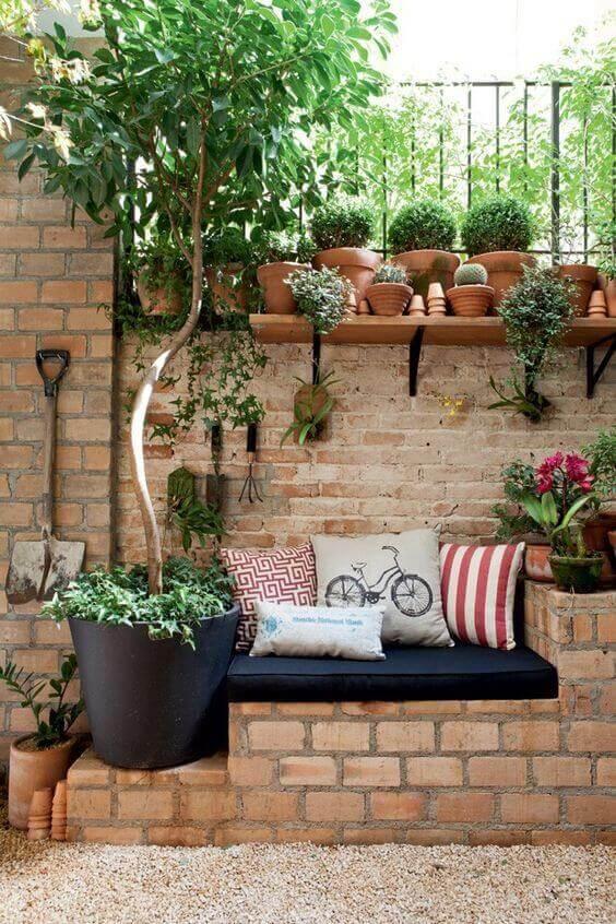 Quintal pequeno com sofas e plantas