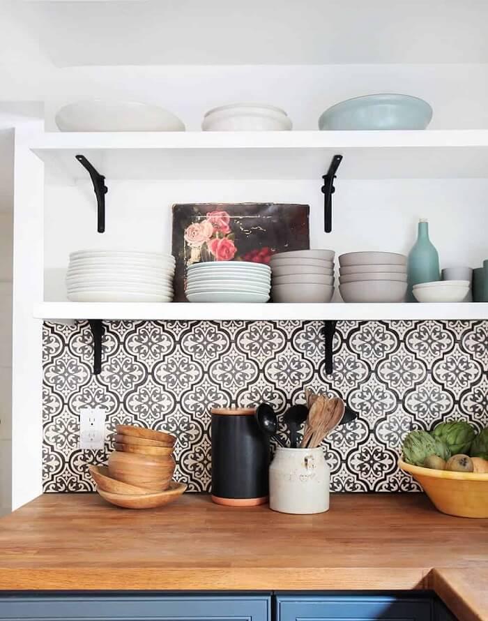 Renove a superfície dos azulejos da cozinha com adesivos. Fonte: Blondie Beauty